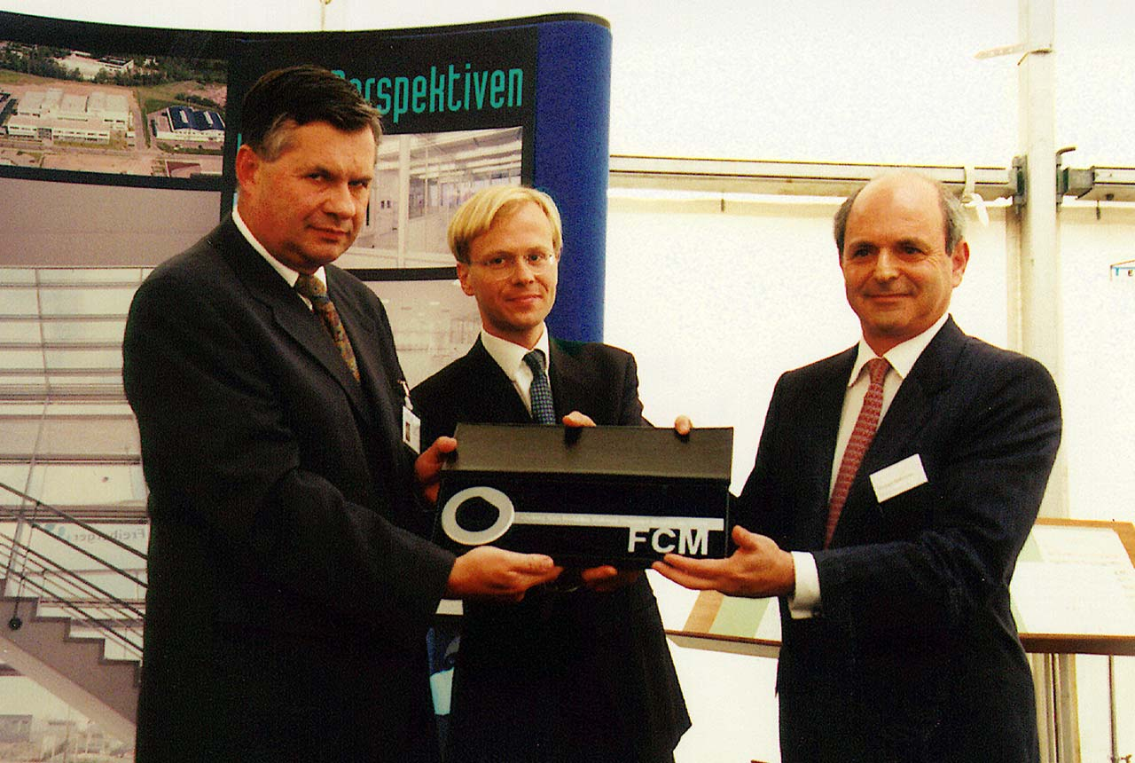 Handing over the key for the new facility (Fab 1) 1997 (from left to right: Dr. T. Flade, Dr. W. Berger, M. Federmann (Quelle: Archiv FCM))